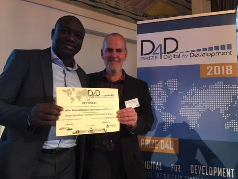 Paul Van mele and Joas Wanvoeke from Access Agriculture receive the iStandOut D4D Prize